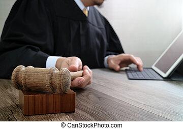 bois, amarrage, tablette, justice, marteau, clavier, concept.male, informatique, salle audience, numérique, juge, table, droit & loi