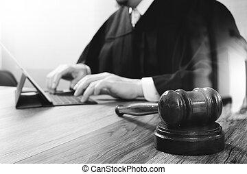 bois, amarrage, tablette, justice, marteau, clavier, concept.male, table, informatique, salle audience, numérique, juge, blanc, droit & loi