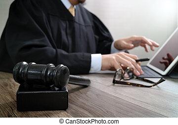 bois, amarrage, tablette, justice, marteau, clavier, concept.male, table, informatique, salle audience, numérique, juge, droit & loi