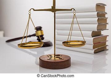 bois, balances, isolé, ouvert, blanc, marteau, justice, livre