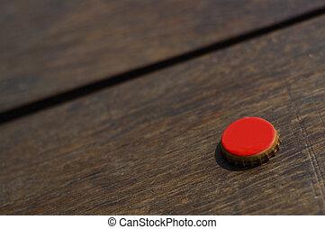 bois, casquette, bouteille rouge, table