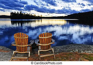 bois, chaises, à, coucher soleil, sur, rivage lac