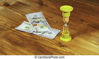bois, dollar, billets banque, table, tomber, sablier