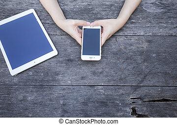 bois, femme, smartphone, table., tenue