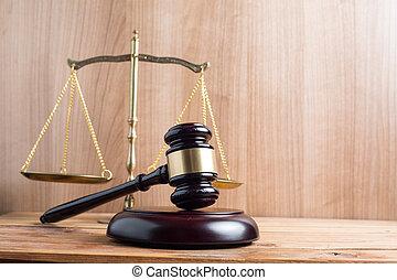 bois, juges, marteau, balances, justice, à, noir, arrière-plan.
