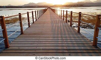 bois, lumière, long, océan, appareil photo, en mouvement, 4k, vidéo, long, jetée, coucher soleil