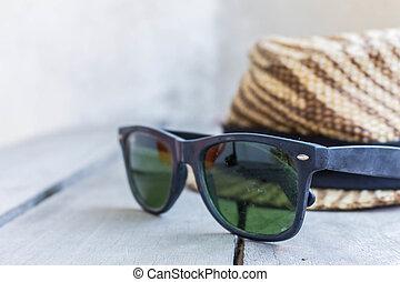 bois, lunettes soleil