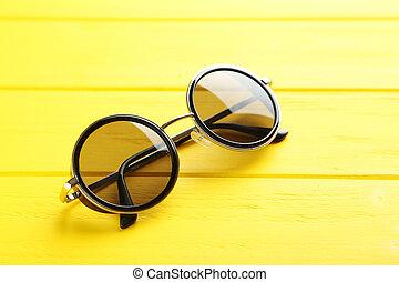 bois, noir, lunettes soleil, table jaune