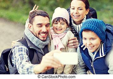 bois, prendre, smartphone, selfie, famille