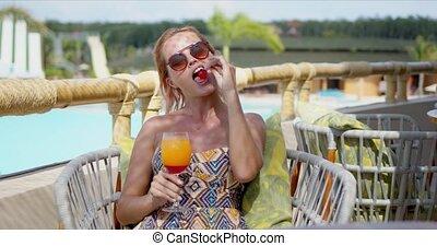 boisson, femme, baie, manger, jeune, terrasse