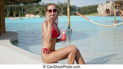boisson, optimiste, dame, poolside, apprécier