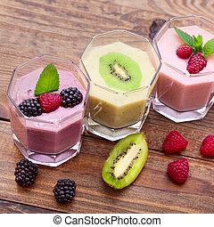 boisson, smoothies, quatre, été, fraise, mûres, kiwi, framboise, sur, bois, table.