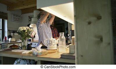 boissons, femme, normal, cuisine, préparer, jour, homme