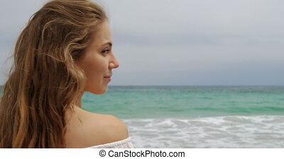 bok, 4k, kaukaski, kobieta uśmiechnięta, prospekt, plaża
