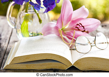 bok, på, den, gammal, bord, med, blomningen