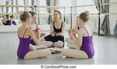boks, złamanie, balet, podłoga, wpływy, posiedzenie, dziewczyny, kawałki, radosny, mówiąc, nauczyciel, studio, taniec, zachwycający, między, podczas, classes., ich, pizza