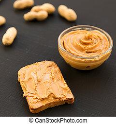 bol, beurre arachide, unshelled, cacahuètes, sur, a, fond foncé, côté, vue., close-up.