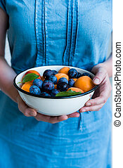 bol, femme, prunes, tient, abricots