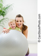 bola, condicão física, atrás de, mãe, bebê, retrato, sorrindo