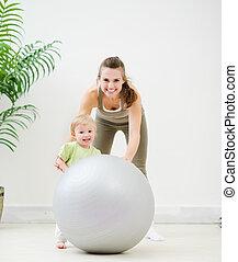 bola, condicão física, mãe, bebê, retrato, tocando