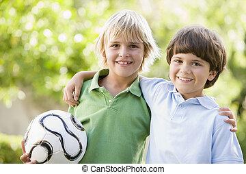 bola, dois, meninos jovens, ao ar livre, sorrindo, futebol