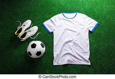 bola futebol, e, t-shirt branco, contra, turf artificial