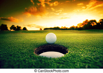 bola golfe, perto, buraco
