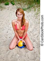 bola, jovem, praia, sentando, mulher