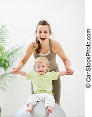 bola, sentando, mãe, segurando, condicão física, bebê
