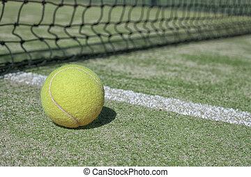 bola tênis, ligado, um, quadra tênis, perto, a, lado, linha