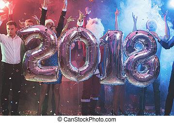 bolas, forma, pessoas, inflável, jovem, novo, grande, posar, números, ano, 2018., partido, brilhante