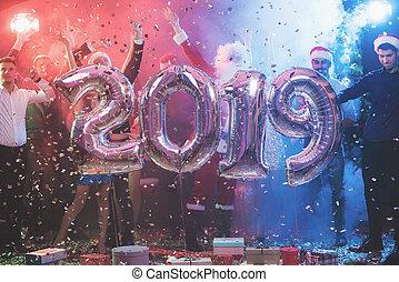 bolas, forma, pessoas, inflável, jovem, novo, grande, posar, números, ano, partido, 2019., brilhante
