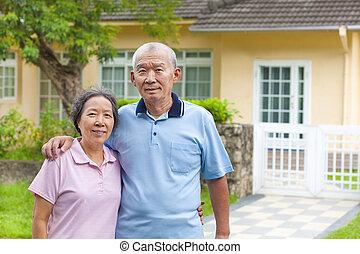 boldog, ázsiai, senior összekapcsol, álló, előtt, egy, épület