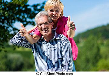 boldog, érett, vagy, senior összekapcsol, birtoklás, jár