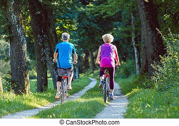 boldog, és, aktivál senior, párosít, lovaglás, bicycles, szabadban, a parkban