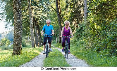 boldog, és, aktivál senior, párosít, lovaglás, bicycles, szabadban, alatt, a, p