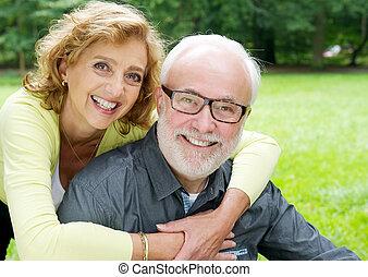 boldog, öreg párosít, mosolygós, és, látszik ragaszkodás
