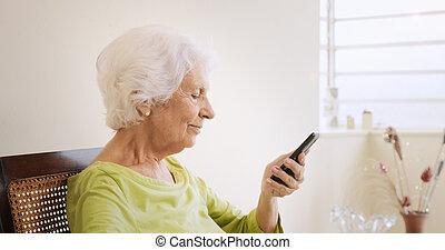 boldog, öregasszony, használ, mobile telefon, helyett, szabad