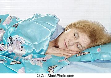 boldog, öregedő woman, ágyban