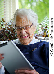 boldog, öregedő woman, használ, egy, tabletta