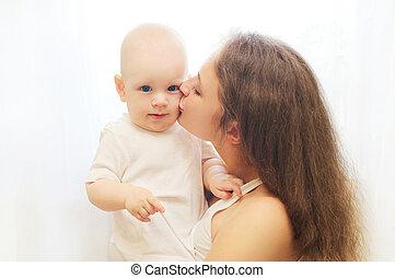 boldog, anya, ölelgetés, csókolózás, neki, csecsemő, felett, ablak
