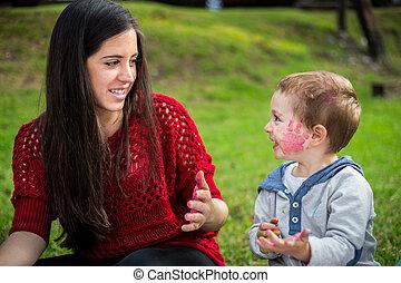 boldog, anya fiú, gyermekek játék, a parkban