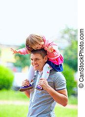 boldog, atya, és, csecsemő lány, having móka, szabadban