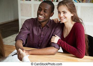 boldog, bájos, multiracial párosít, reszkető kezezés