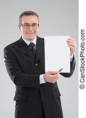 boldog, businessman., jókedvű, középkorú, üzletember, hatalom papír, és, mosolygós, időz, álló, elszigetelt, képben látható, szürke