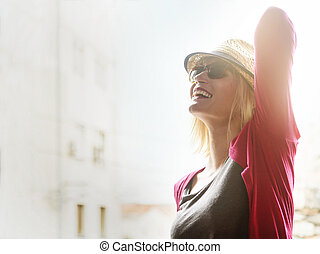 boldog, csípőre szabott, nő, élvez, nyár, a városban