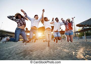 boldog, csoport young emberek, having móka, -ban, tengerpart