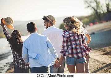 boldog, csoport young emberek, having móka, képben látható, tengerpart