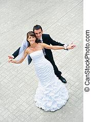 boldog, esküvő párosít, álló, és, hatalom kezezés