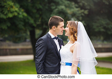 boldog, esküvő párosít, alatt, egy, liget